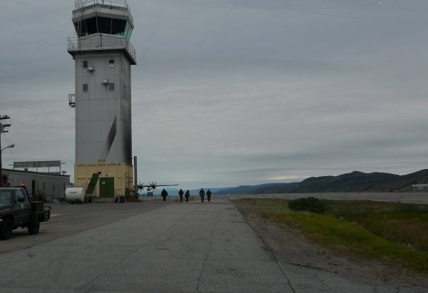 The team heads to the aircraft at Kangerlussuaq Airbase. (Photo M. Turrin)