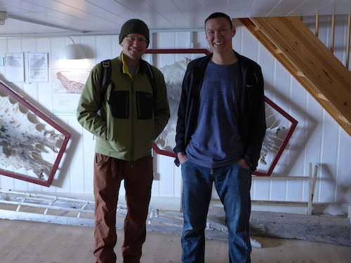 Dave (r) speaks with Edvard (l) about his life as a young Greenlandic growing up as the son of a hunter. (Photo M. Turrin)