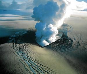 An eruption pierces the glaciers at the Bárðarbunga volcano. Photo: Oddur Sigurdsson, Iceland Geological Survey
