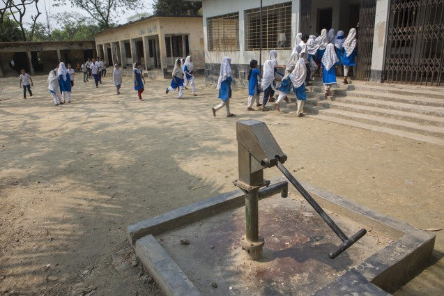 A broken-down and unused government tubewell in a school playground. When Human Rights Watch visited Iruain in July 2015, the village was without any government-installed functioning and publicly accessible water points. Photo: © 2016 Atish Saha for Human Rights Watch