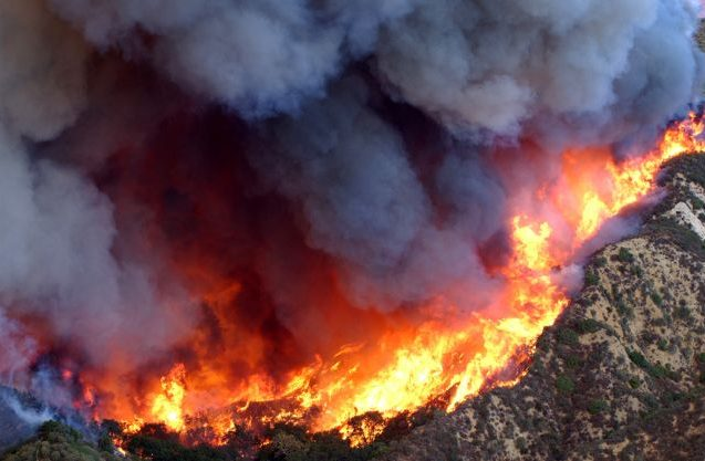 The 2003 Simi Valley Fire ravages a mountainside in Southern California's Simi Valley. Image: U.S. Air Force/Senior Master Sgt. Dennis W. Goff