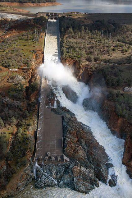 Oroville_Dam_spillway_damage_February_27_2017