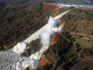 water rushes out of oroville dam spillway