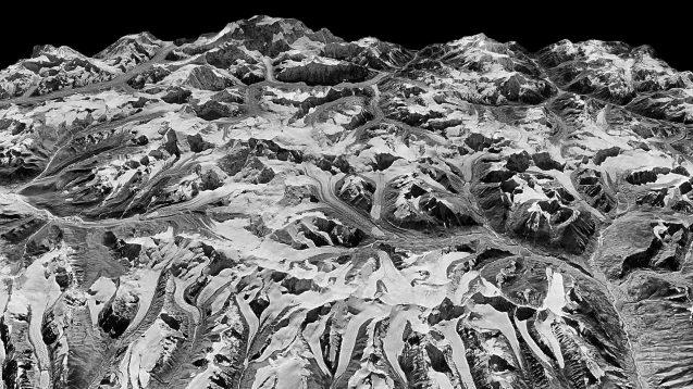 Vista oblíqua do Himalaia, na fronteira de Sikkim, na Índia e no leste do Nepal, capturado em 20 de dezembro de 1975 por um satélite-espião KH-9 HEXAGON