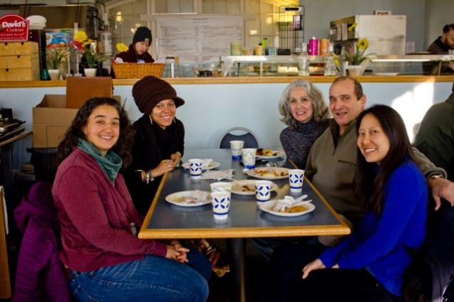 Elisabeth y colegas de CIESIN en un evento de desayuno en Lamont