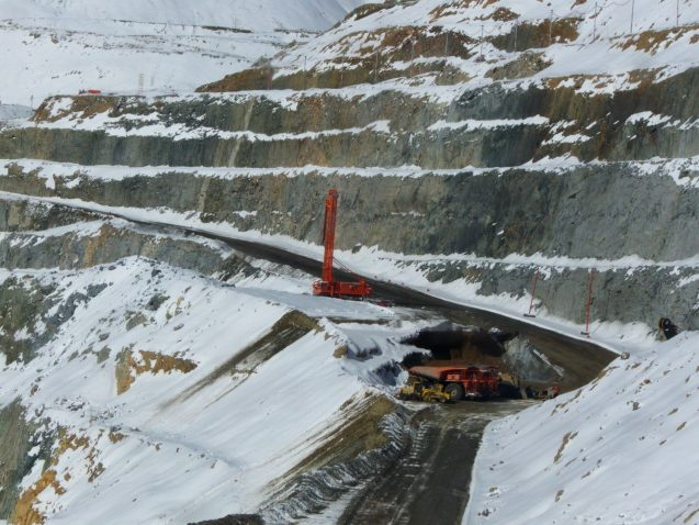 Mina de cobre rodeada de glaciares